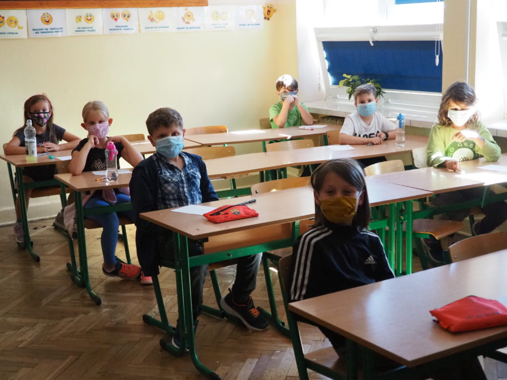 Obrazek przestawia uczniów biorących udział w konkursie.