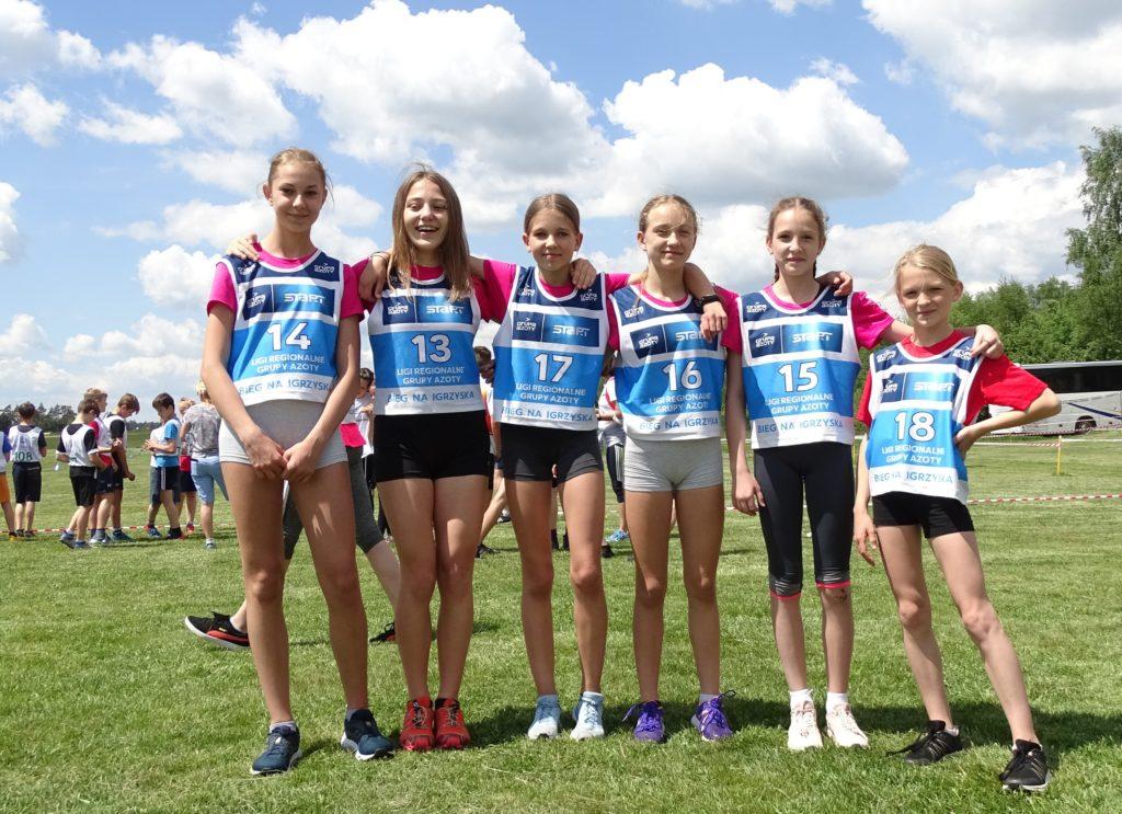 Grafika przedstawiająca drużynę dziewcząt.