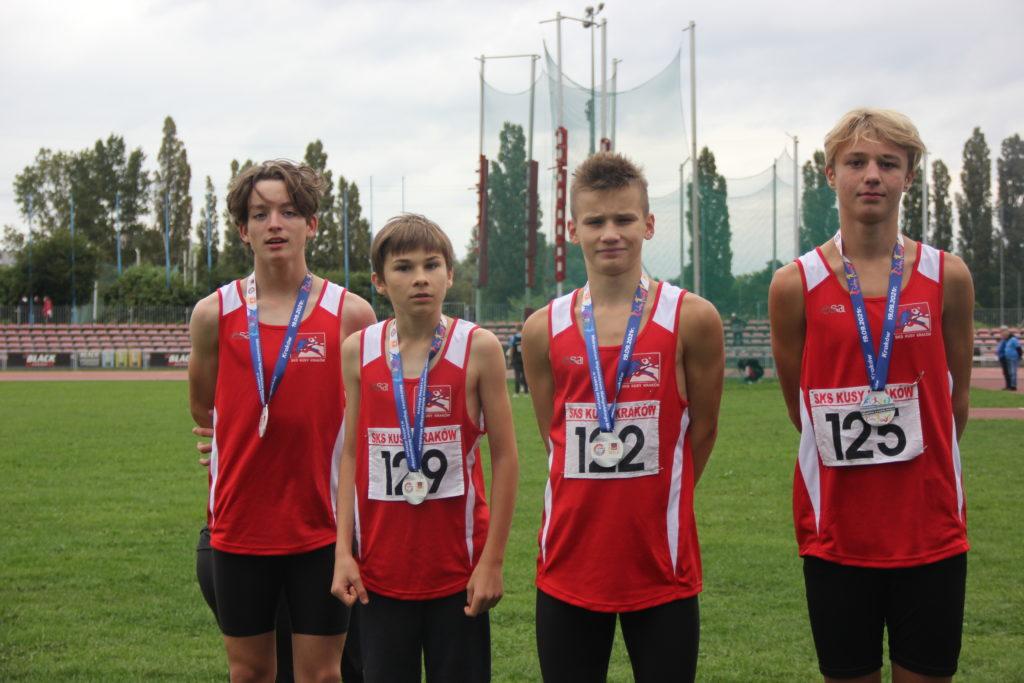 Zdjęcie zawodników z medalami.