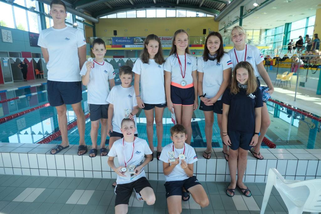Zdjęcie prezentujące zespół pływaków.